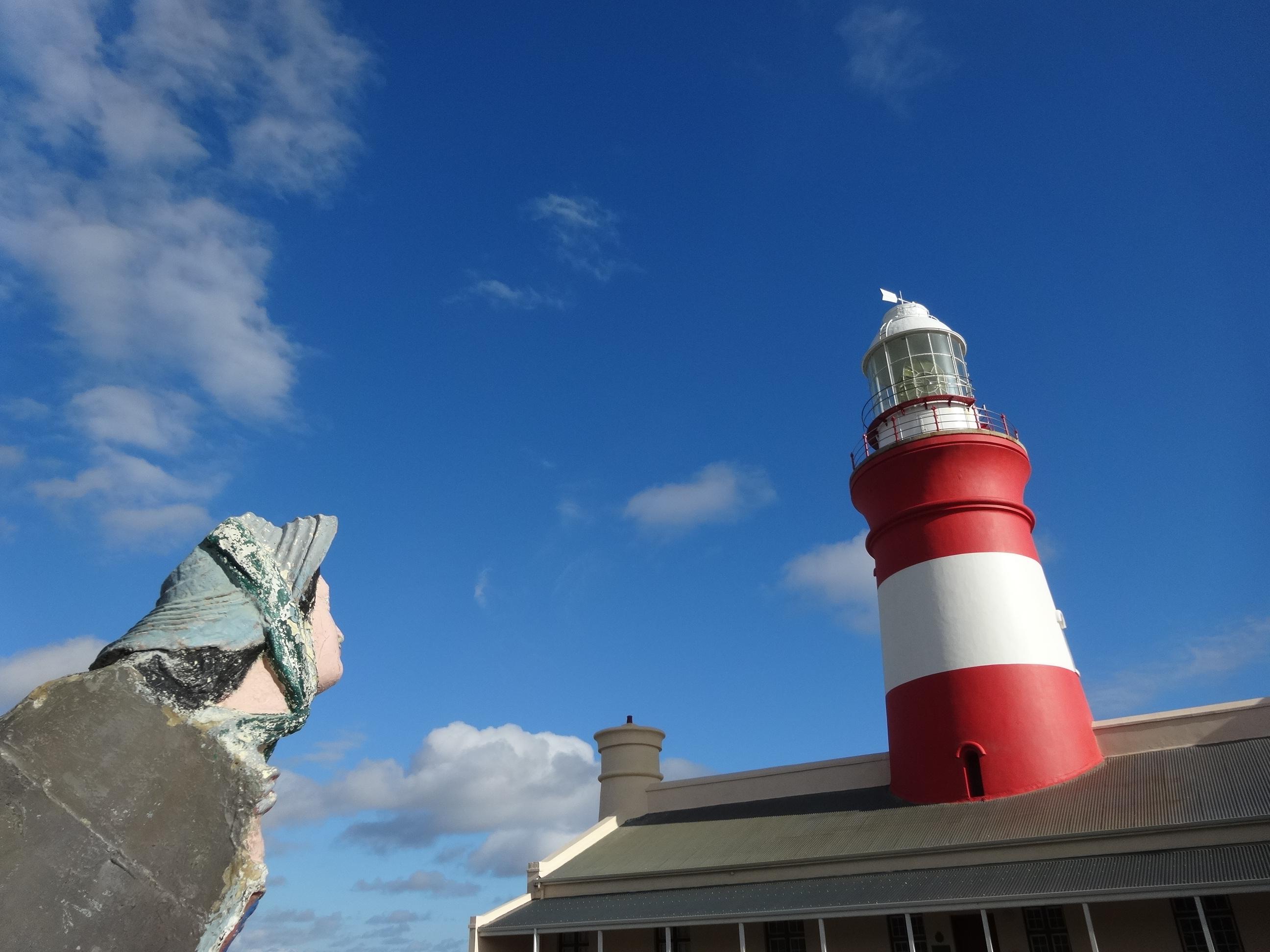 Vissersvrouw en vuurtoren in Cape Agulhas
