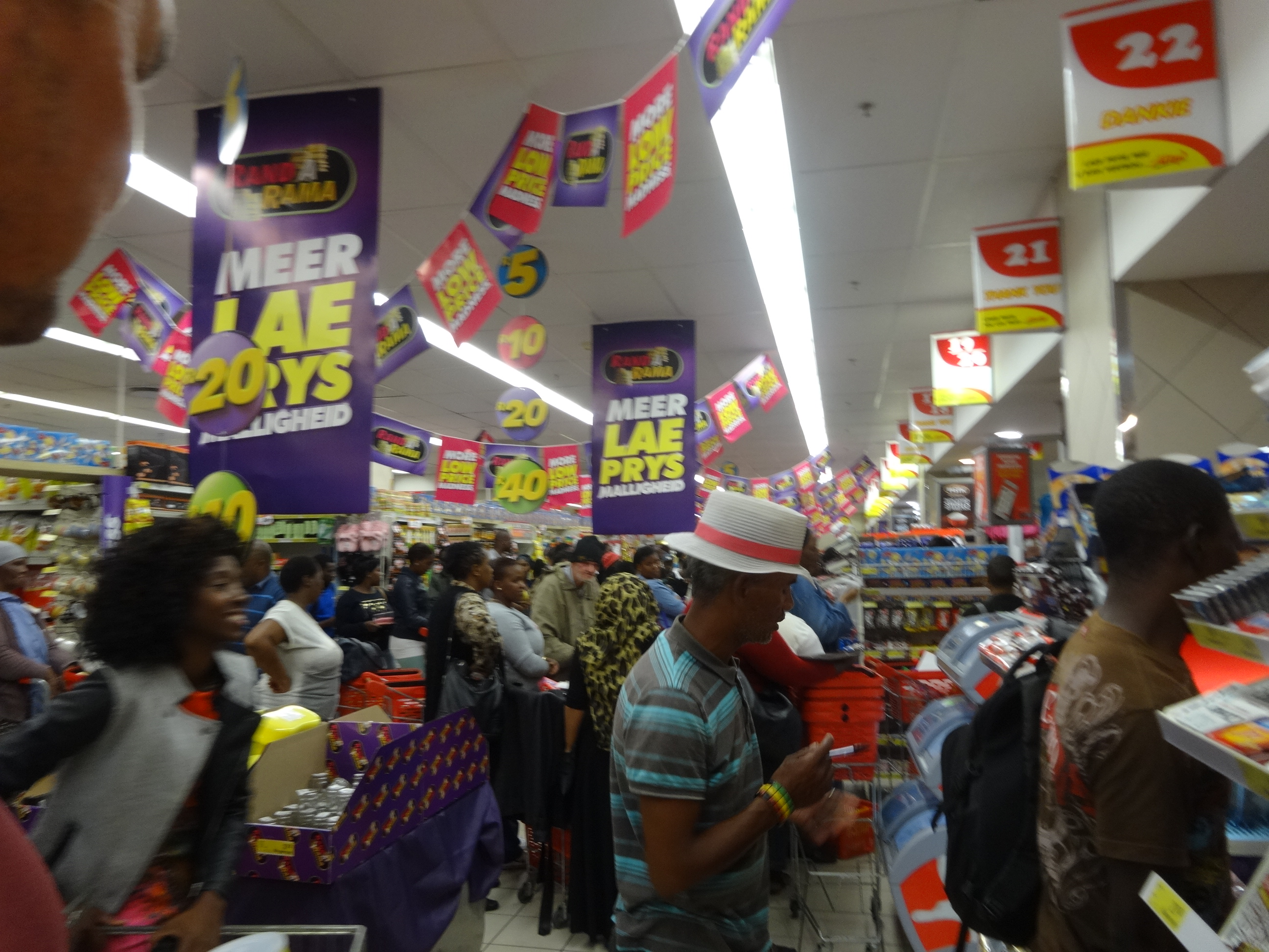 lange rij in supermarkt