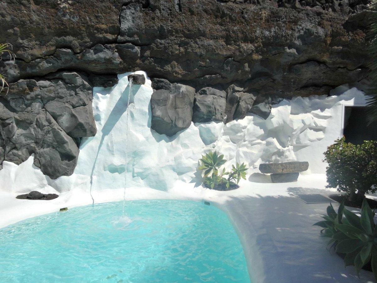 zwembad huis cesar manrique