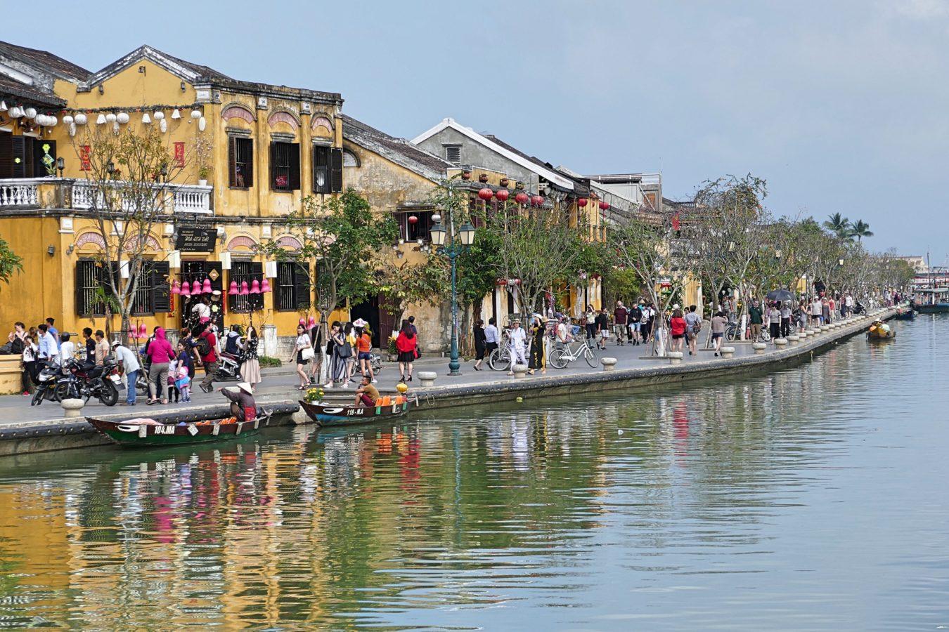 toeristen langs water Hoi An